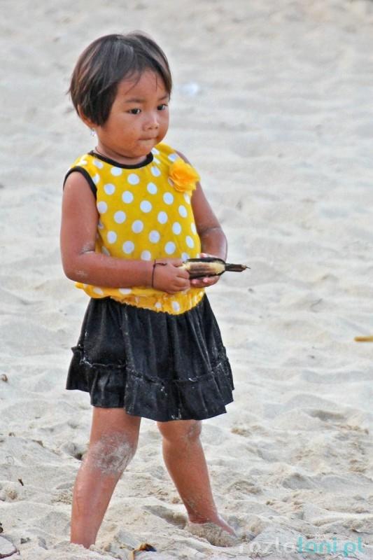 Dzieci na plaży Padang Bai