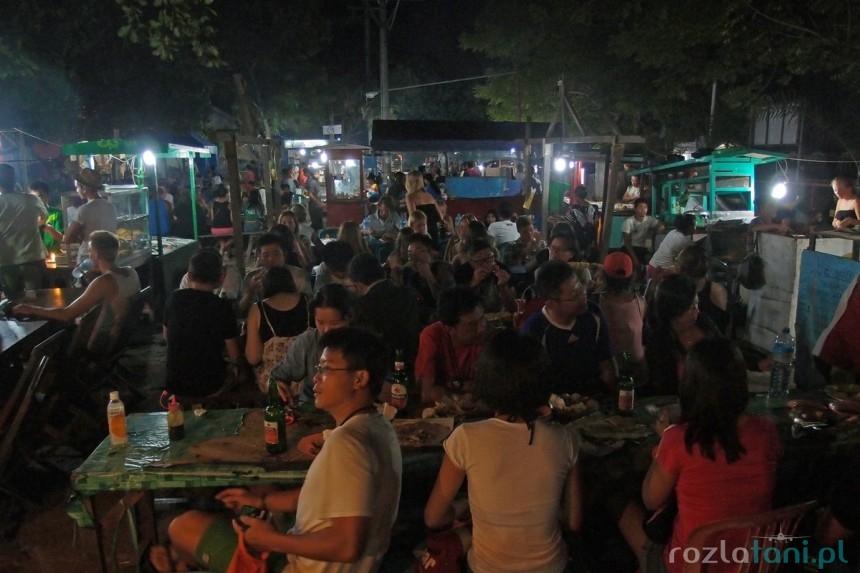 Plac w nocy zamienia się w wielką jadłodajnię